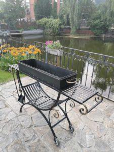 Преимущества и недостатки садовой кованой мебели