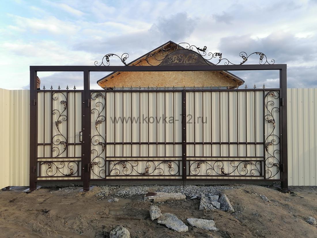 Забор, ворота с элементами ковки и калитка из профнастила 7