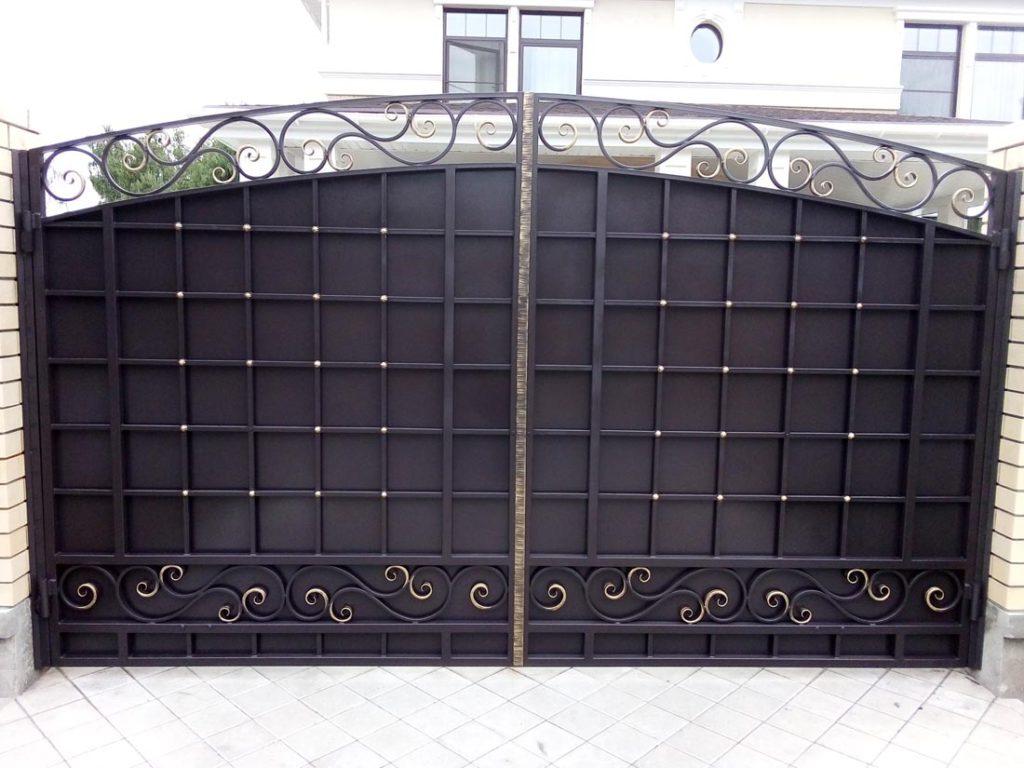 Кованые ворота со стильной решёткой и узорами в Тюмени