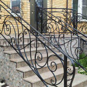 Кованые перила на гранитной лестнице. Тюмень